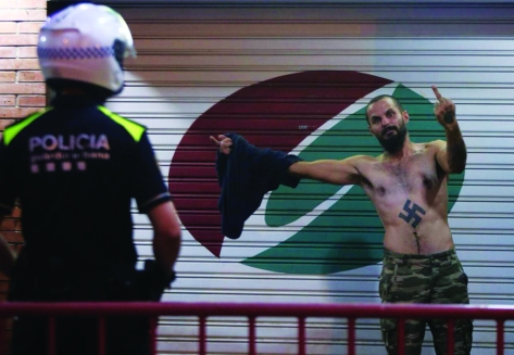 Antonio Castellón de DN durant una recent agressió a Nou Barris.