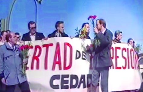Christian Ruiz, sosteniendo unas flores en una manifestación de CEDADE en Madrid por el aniversario de Adolf Hitler en 1989.