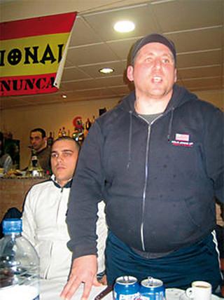 José Alejandro Serrador Ferrer, en pie, en una foto de archivo.